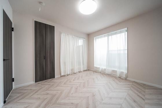 ヘリンボーンの床にしっくりはまっている建具は、LIXILファミリーラインのパレット(スモークオーク色)。