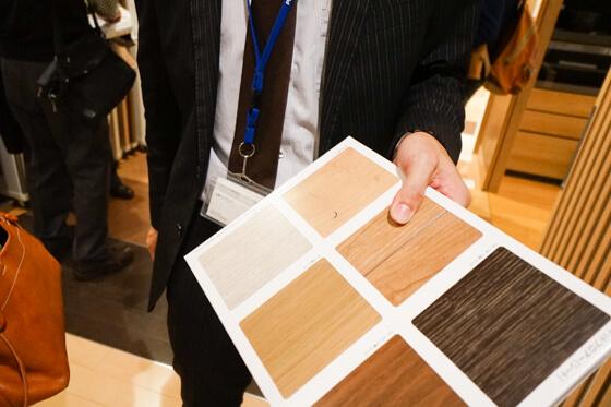 パナソニックの扉柄は、木目、木肌、照り、艶、色彩にまでこだわって仕上げていますが、今回ご紹介するのは汚れに対する耐性 油性ペンで書いた文字が、消しゴムで消えちゃいます