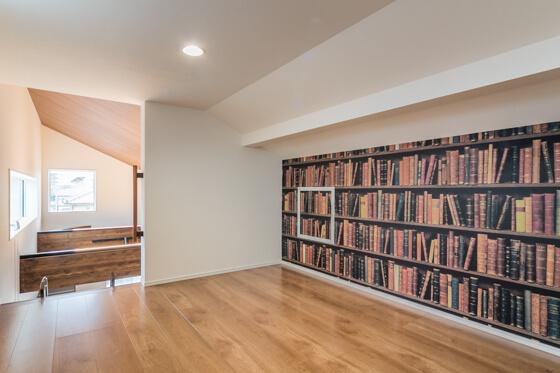 _もう本がたくさん収納されているかのような壁面は、アクセントクロス。サンゲツのリザーブ(RE-2783)。遊び心がうかがえますね~