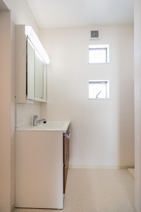 W365×H300の窓を上下に2つ、可愛く配置 上部はFIX窓で、下部が横スベリ窓といって上部を軸に外に開く窓。