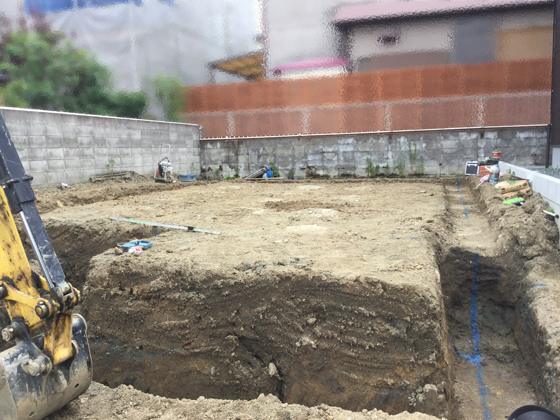 地盤改良工事の後、掘方スタート 手前側はガレージとなり、道路とほぼフラットの仕上がり
