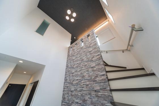 吹抜けに面した階段を上がり、2階のプライベート空間をご紹介