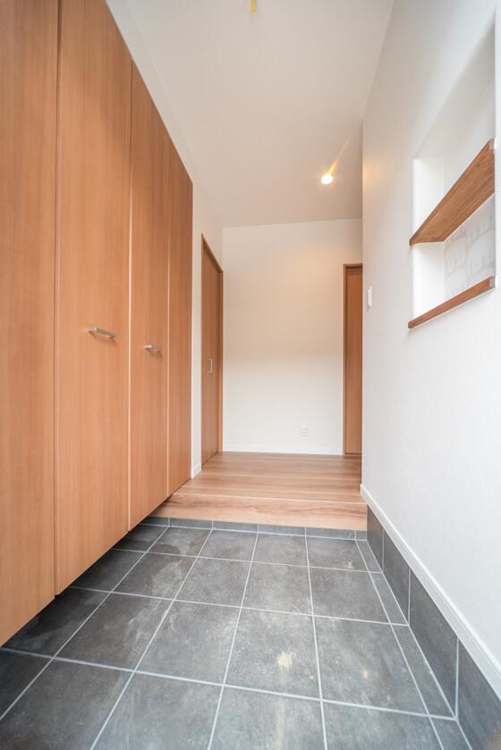 シューズクロークにするか迷われましたが、「玄関は広く取りたいですね」というM様のご要望で、クローゼットタイプの玄関収納に設計変更しました。