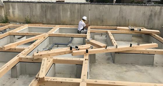作業は大工さんによる「土台敷き」へ Jotoテクノの基礎パッキンを施工し、その上に土台を敷き、床を支える大引きや鋼製束も設置していきます。