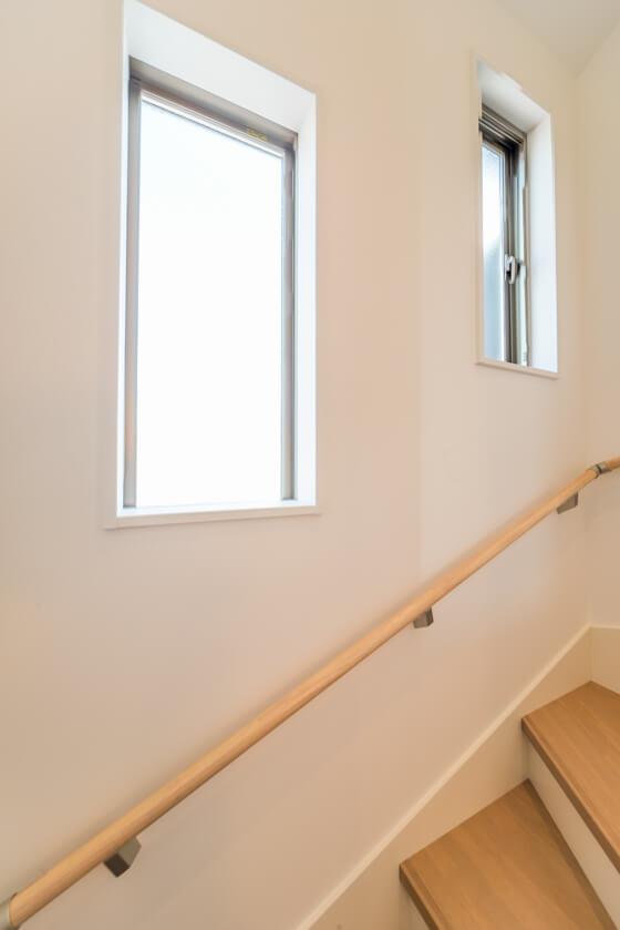 縦スベリ窓とフィックス窓を設けることで階段の明るさを確保。縦すべり出し窓から南のリビングにむけて風も流れます