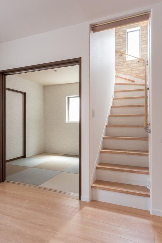 階段はリビング内にもうけることにより、ホールや廊下のスペースを減らすことができます。