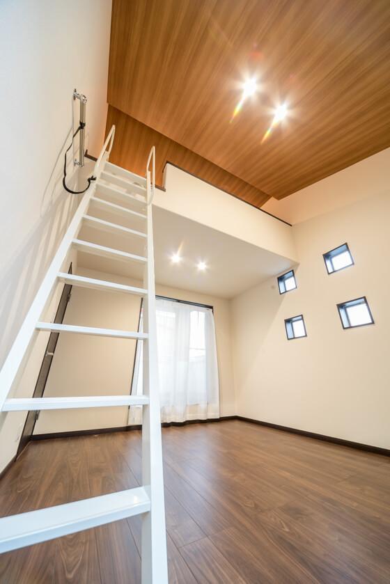 """見上げると天井は木目のクロス。""""屋根の頂""""に向かって伸びる木目がなかなかの迫力! カッコよくロフト付の寝室が仕上りました"""
