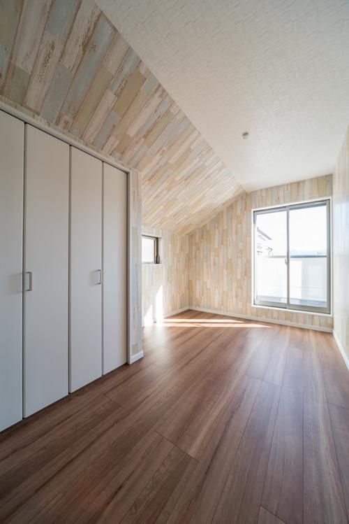 5.4帖の子供室 法規制による北側斜線制限のため、一部が勾配天井に