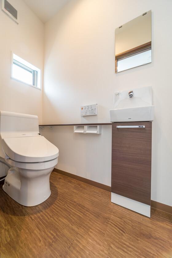 トイレはTOTOのタンク付き。手洗い器は別にお付けしています。TOTOの手洗い器は1階と同じスリムタイプC。