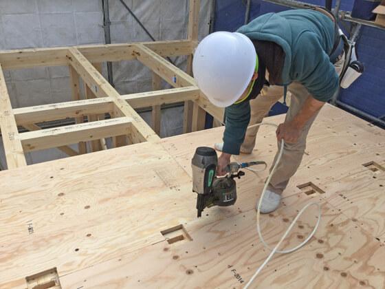 2階の床合板を貼っていきます プレカット加工された「2階の柱を立てるためのほぞ穴」が確認できますね