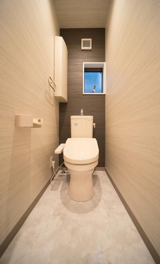 2階のトイレはTOTOの商品を採用。黒色のクロスでかっこよく仕上がりました