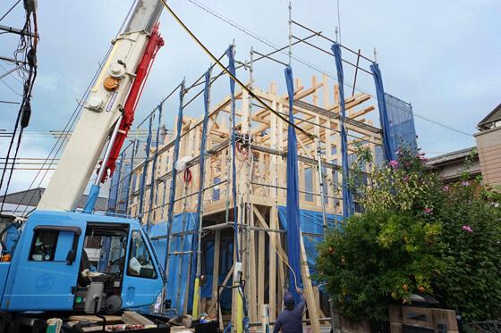 階の床合板、柱、小屋組と施工は進んできました。建物の全景が見えてきましたね