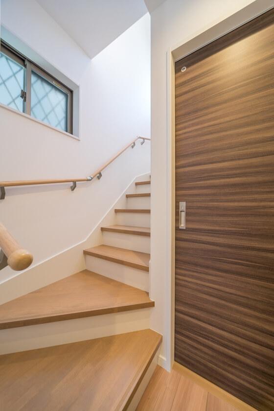 ホールから2階への上がり口は2段廻りです。降りてくる際に圧迫感がない様に、天井を折り上げて施工していただきました)