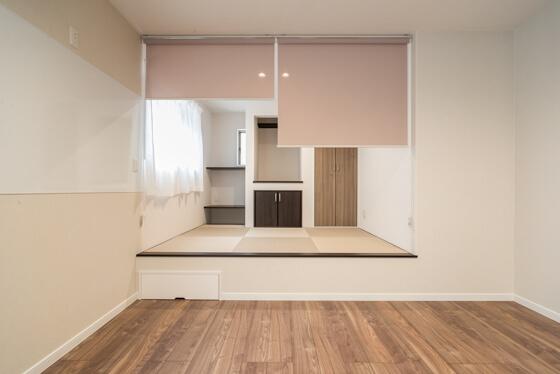オープンな空間としての小上がりの和室。「でもちょっと個室にしたい時もあるかも」とのN様のお声で、こちらにもロールスクリーンをご提案いたしました