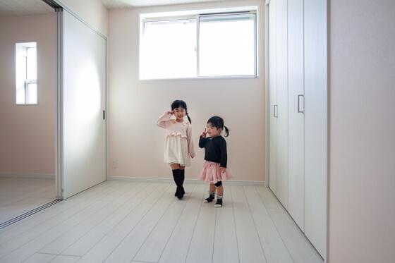 ベビーピンクの壁紙で統一されたお部屋は5帖の続き間計10帖