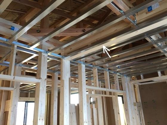 天井裏にたれ壁(=下地)が入っているので、この場所に新たな柱を固定し、壁が作れるようになっています