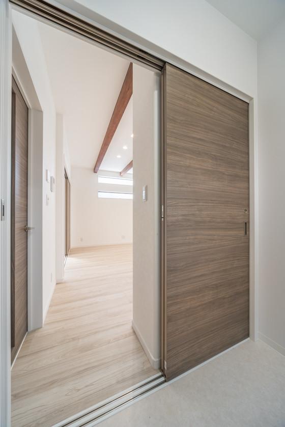 洗面室はリビングから出入りします。すぐ横が階段なので、お洗濯を持って2階物干しへの動線がスムーズ。