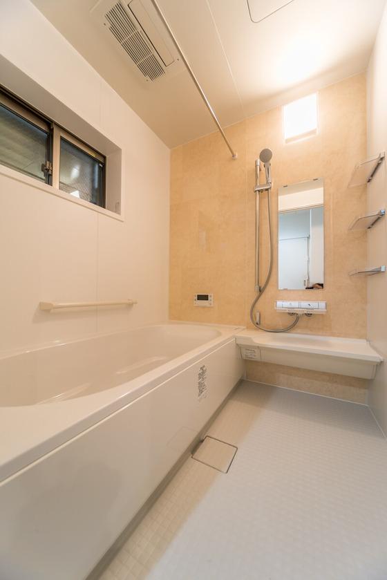 ユニットバスもLIXILをご採用。『クレリアパール』の人造大理石の浴槽は、UBを高級感のあるイメージに仕上げてくれます