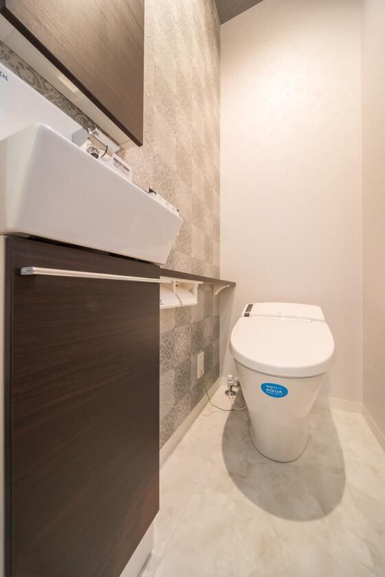 奥様と壁紙の選択を悩みました。サンゲツの新商品、RE-2876をアクセントに、その他は同系模様の無地タイプのRE-2875を壁全体に貼りゴージャスなトイレ空間を計画