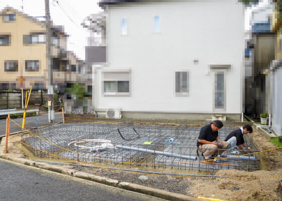 水道業者さんが配管工事をおこなっているところ。