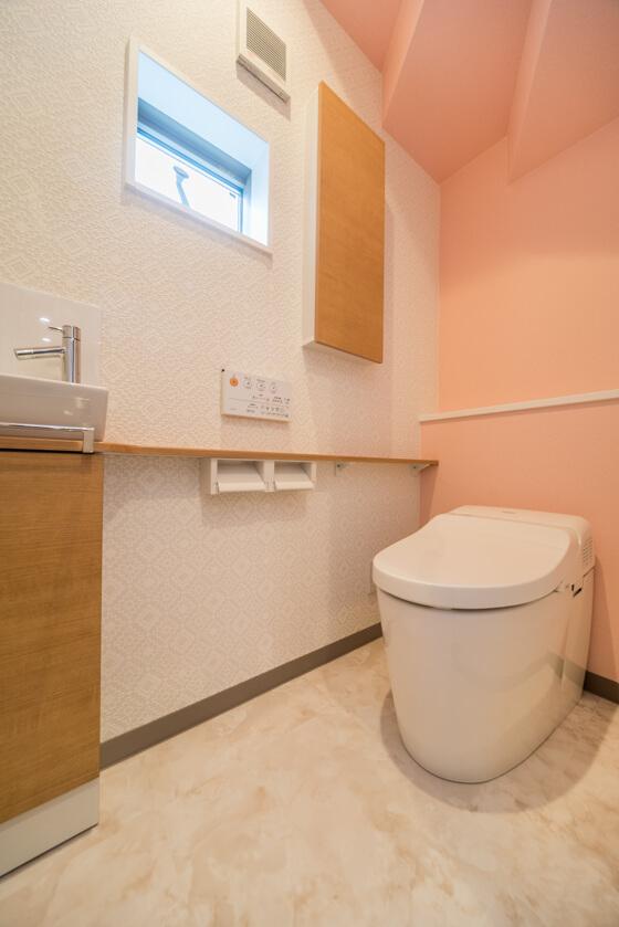 1階のトイレは、階段下のため背面の壁を200mmほどふかし(200mmの壁をつくり)、出来る限り圧迫感がないように工夫しました