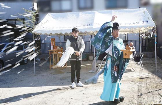 切麻散米(きりぬささんまい)。この儀式は、紙と麻を細かく切った物を四方にまく儀式。