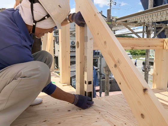 各階では、こうやって大工さんが慎重に水平垂直を確認