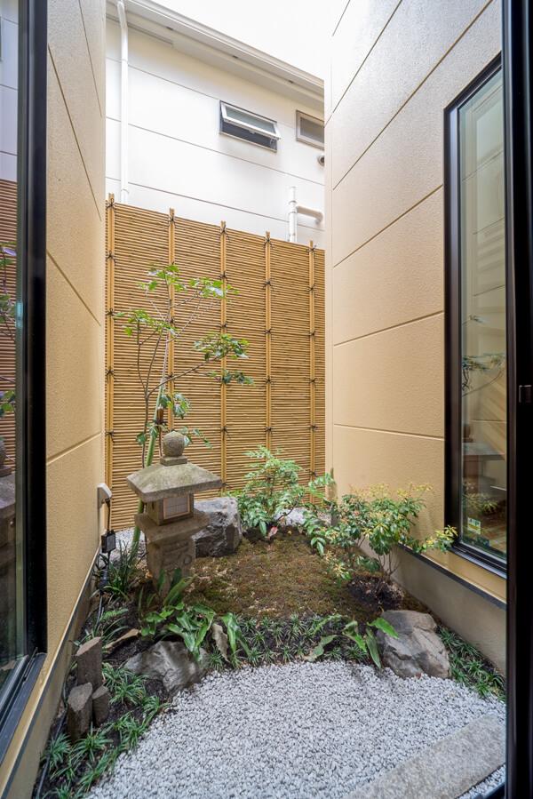 約3帖の中庭空間でこんなに立派な坪庭が 化粧砂利を敷いたアールの半月模様が波打ち際を連想させます