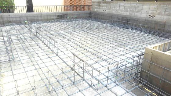 捨てコンクリートの上に、鉄筋を図面どおり一定の間隔で配置し、結束線で固定しています