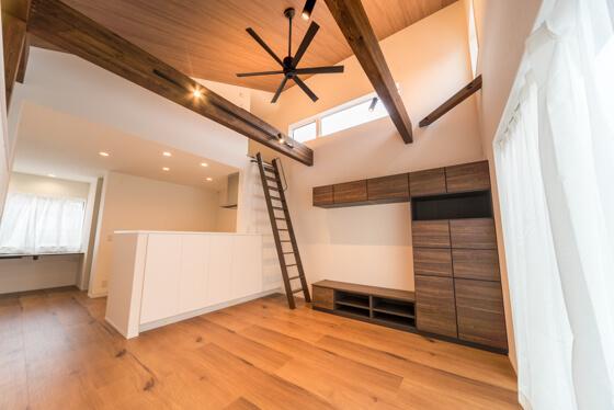 おしゃれな2階の大空間 勾配天井のあるリビングルーム