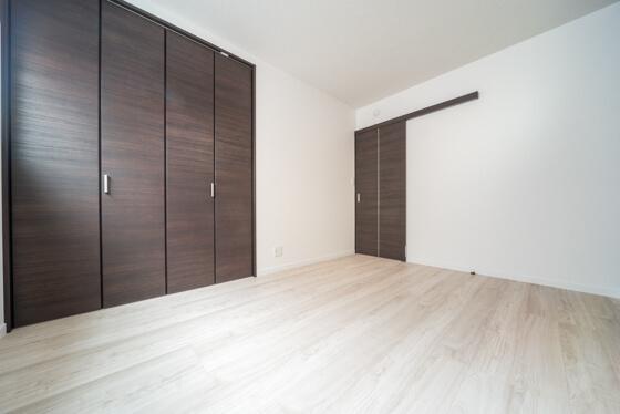 室内扉とクローゼットの扉は、リクシルのウッディライン(クリエダーク色)。横木目をご選択されました