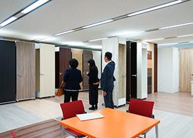 アイカ工業 ビルの半分くらいのスペースを使った「床材」「扉」のシュミレーションルーム