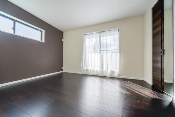 こちらは寝室 リビングや子供室の床の「ウォルナット」よりワントーン落ちついた、クリエダーク色の床材を選ばれました