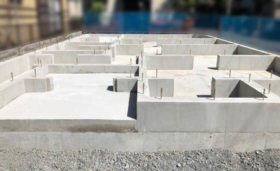 基礎工事が終わると、作業は大工さんによる「土台敷き」へ