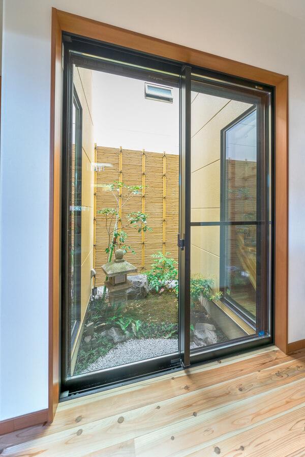 窓はリクシルのサーモス。サッシ枠が通常より薄くなっています