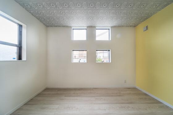 外観のデザインを考え、道路側には「約500角の窓」を均等に配置。上部が「FIX窓(開閉しない固定窓)」、下部が「横すべり出し窓」。下は開閉できるタイプの窓をご提案致しました