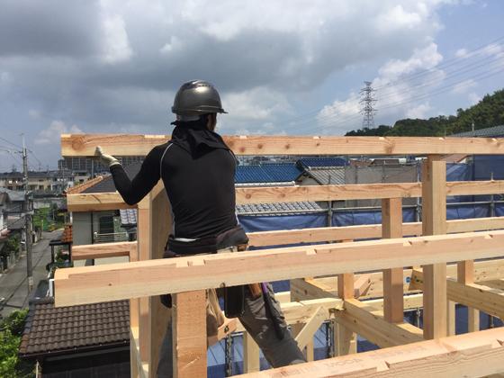 いちばん高い屋根の水平材、棟木を施工したところ。上棟は「棟上げ」ともいわれるのですが、この棟木を上げるということが語源です