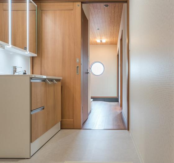 洗面室へとつながります。廊下からもキッチンからも移動できる2way動線