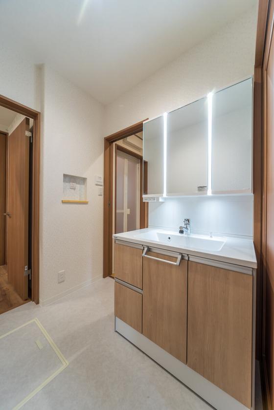 洗面台は、影をつくらず、顔全体をしっかり照らすツインラインLED照明「パナソニックの洗面ドレッシングC-Line(チェリー)」