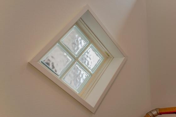 このリクシルの【ガラスブロック】は、外からの視線を遮ることはもちろん、光を室内に採り込む効果があります class=