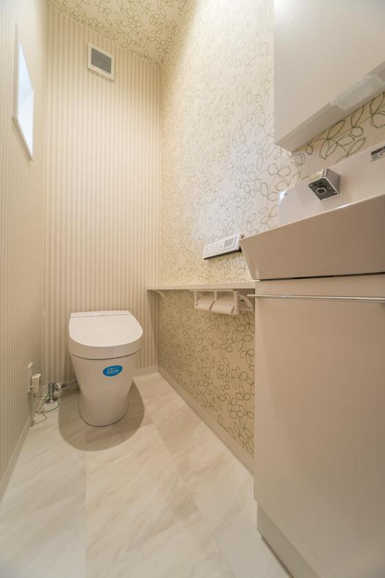 トイレはLIXILの【サティス】をご採用。アクアセラミック仕様でお手入れのしやすさに加え、エアシールド脱臭・ルームリフレなど先進の機能を搭載しております