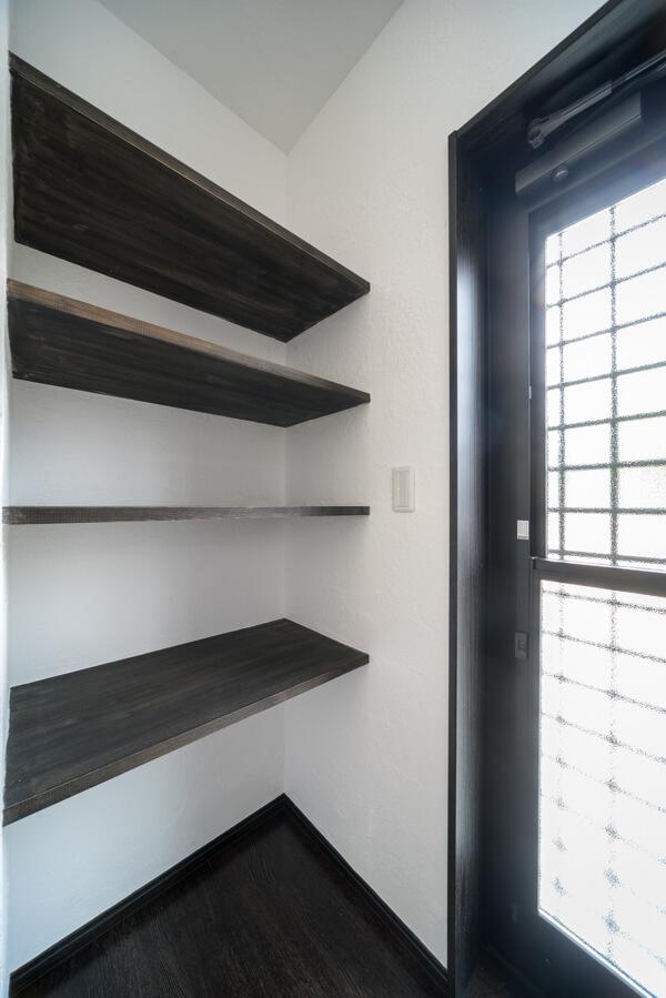 パントリースペースの固定オープン棚は、フリー板をブラック自然塗料しています