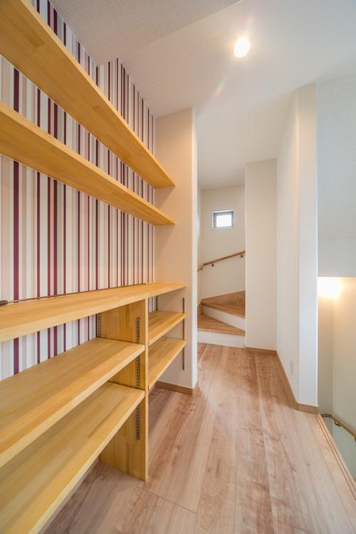 3階廊下のちょっとしたスペースには可動棚と飾り棚