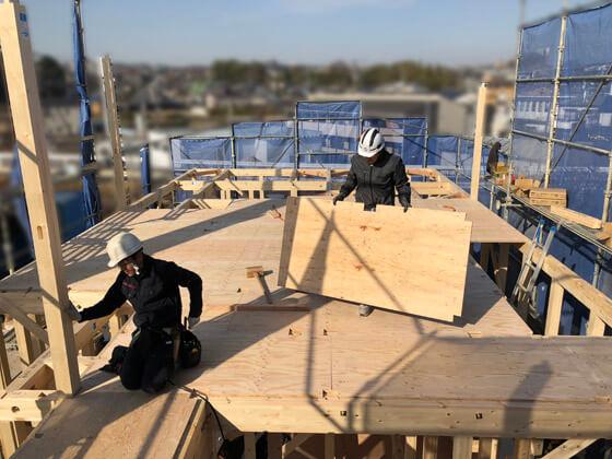 2階の床を支える構造用合板が敷かれています。