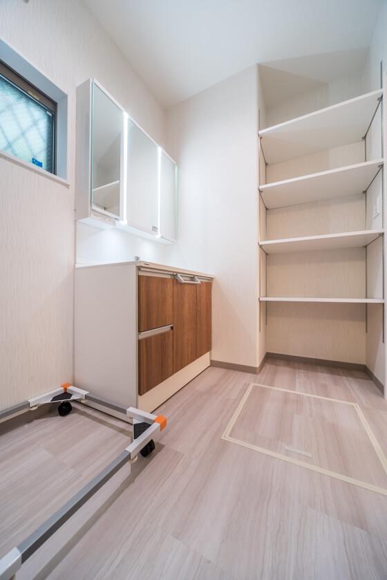 奥様から【タオルなど収納できるスペースが欲しい】ということで、「可動式収納棚」をご提案しました。