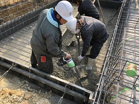 コンクリートを流し込みながら、万遍なく型枠の隅々までいきわたるようにバイブレーターで撹拌