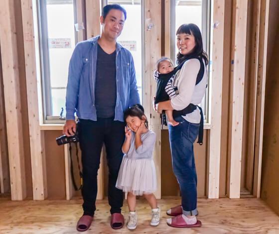 新築一戸建ての上棟日に室内で記念撮影