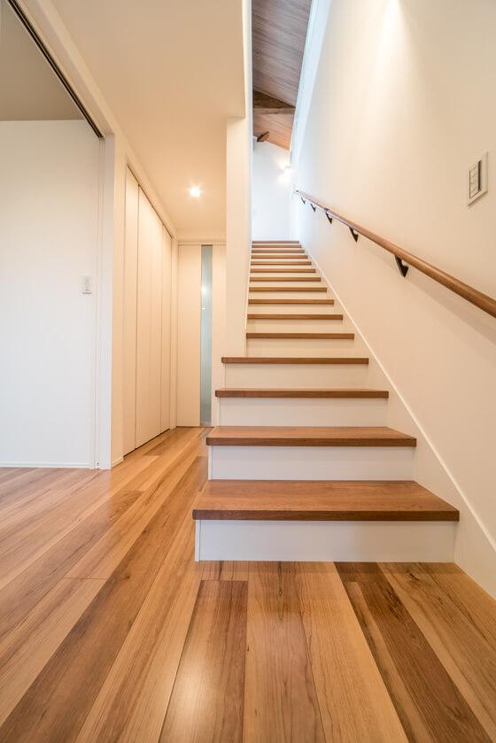 玄関からストレートに上がる階段はパナソニック踏板はチェリー柄です。