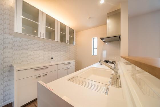 吊戸棚の扉は、キッチンと同じ素材とデザインが多いのですが、提案した吊り戸は「ガラスの扉」。