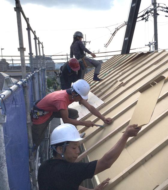 屋根上では、大工さんたちがアクアフォームを吹き付ける際の「通気層」を確保する通気スペーサーを取り付けています